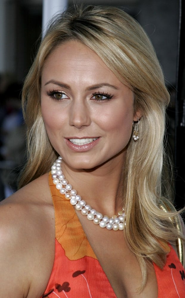 On May 22, 2006, the actress attended the World premiere of 'The Break-Up' wearing a halter dress paired with a pearl necklace along with a spot perm that adds body to her medium length hair.