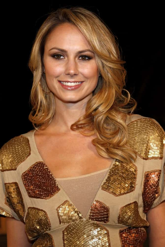 On January 16, 2008, the model shows off a curly blond hair that complements her V neck dress with hexagon prints. She wore this during the the Los Angeles Premiere of