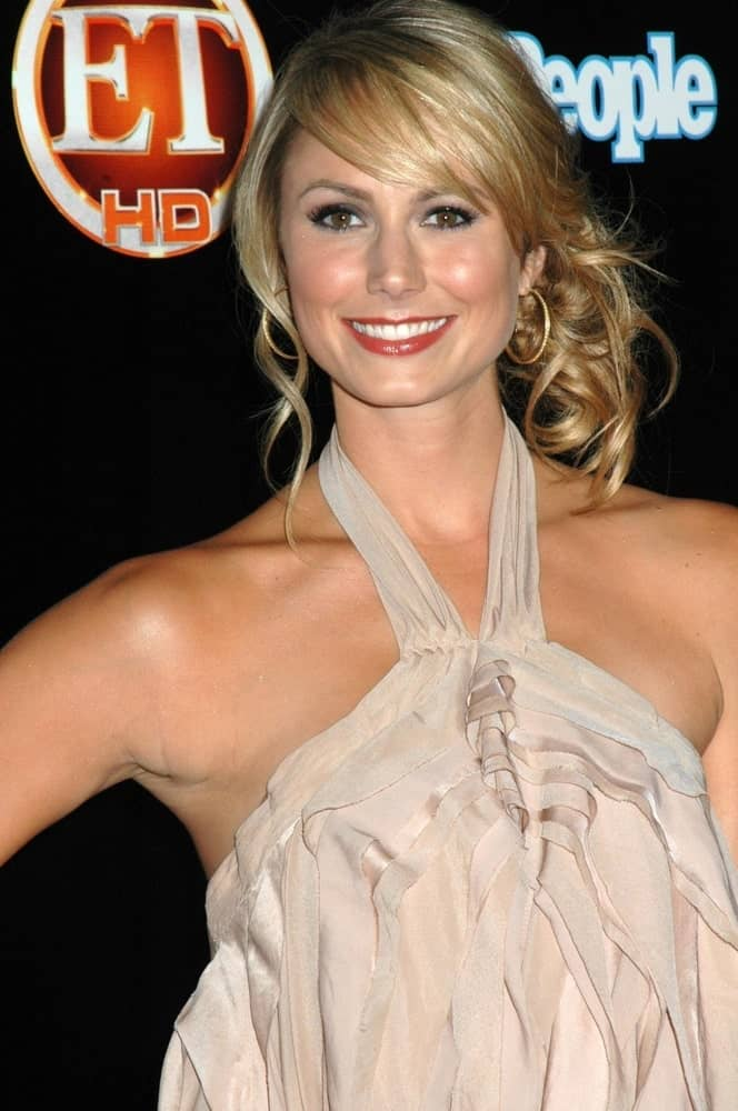 The actress looks gorgeous in her halter dress along with a low side bun hairstyle incorporated with curvy tendrils and side-swept bangs. This was taken during Entertainment Tonight Emmy Party last September 21, 2008.