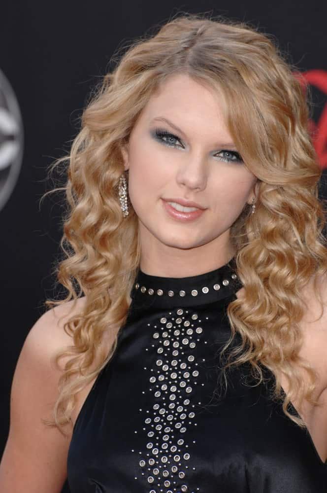 Taylor Swift exhibited a chic look in a black halter dress along with her side-parted curls at the 2007 American Music Awards held at the Nokia Theatre, Los Angeles on November 19, 2007.