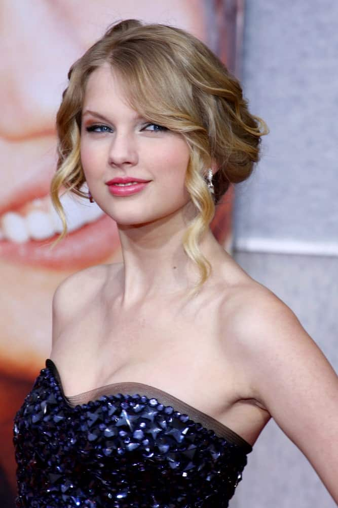 Taylor Swift arrived for the Los Angeles premiere of 'Hannah Montana The Movie' held on April 4, 2009 flaunting a volumized updo with curly tendrils.