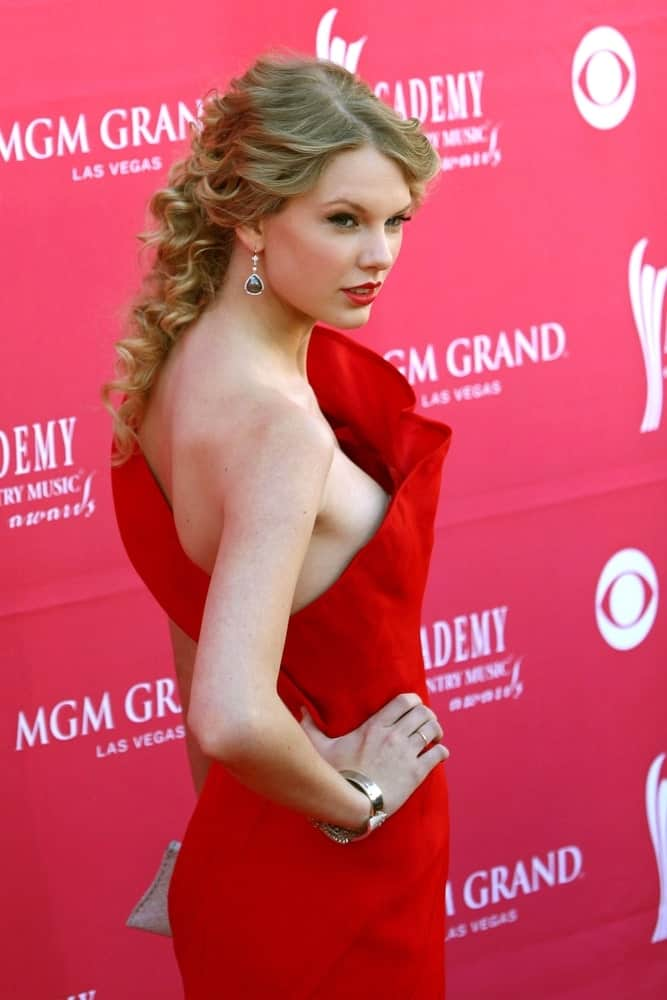 Taylor Swift looked ravishing in red Angel Sanchez gown that she paired with her center-parted curls during the 44th Annual Academy of Country Music ACM Awards last April 5, 2009.