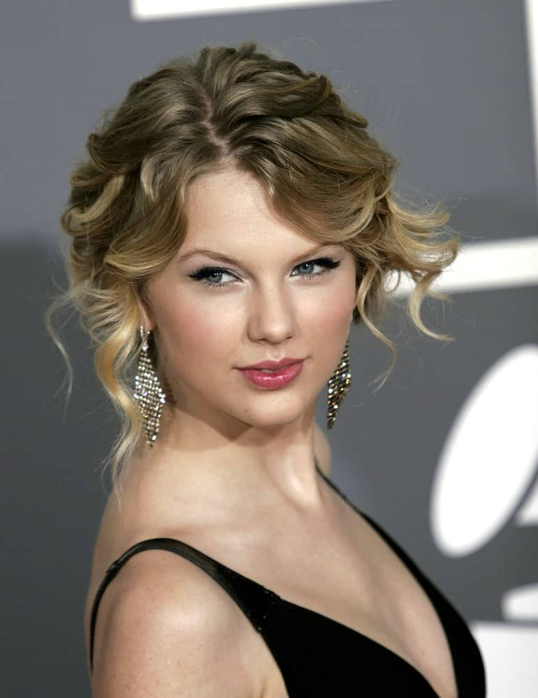 The singer had a glamorous updo with curly tendrils at the 51st Annual Grammy Awards held on February 8, 2009. The look was completed with a black dress and stunning diamond earrings.
