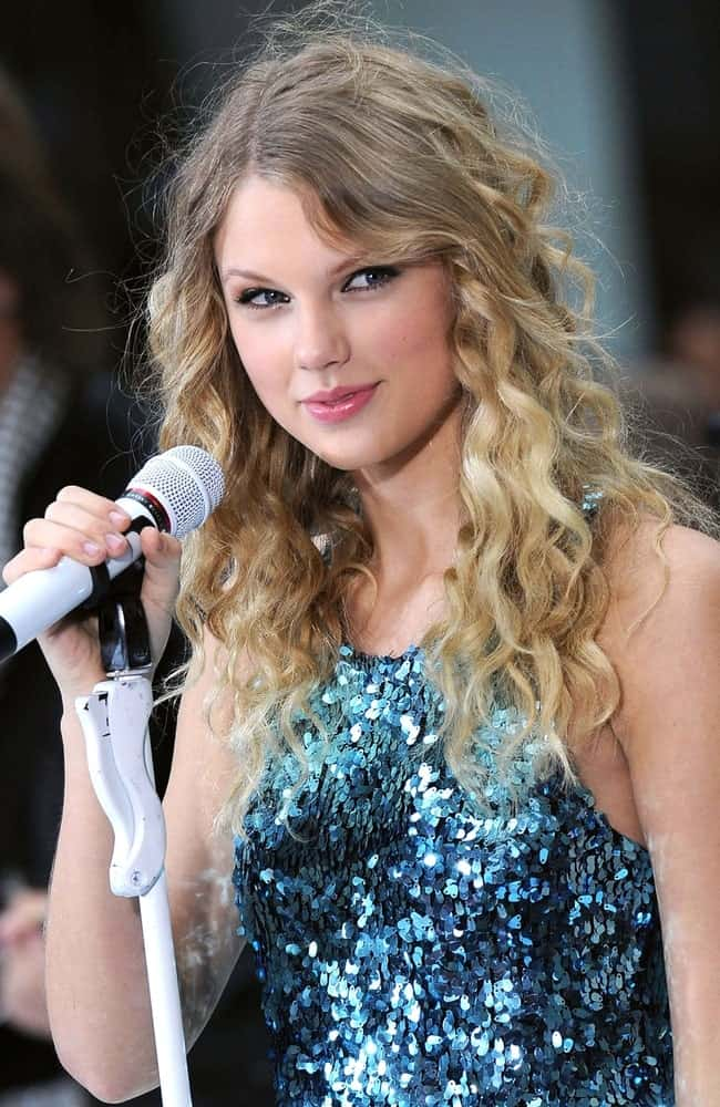 Taylor Swift on stage for NBC Today Show Concert held last May 29, 2009 rocking her long blonde curls that are paired with a blue sequined dress.
