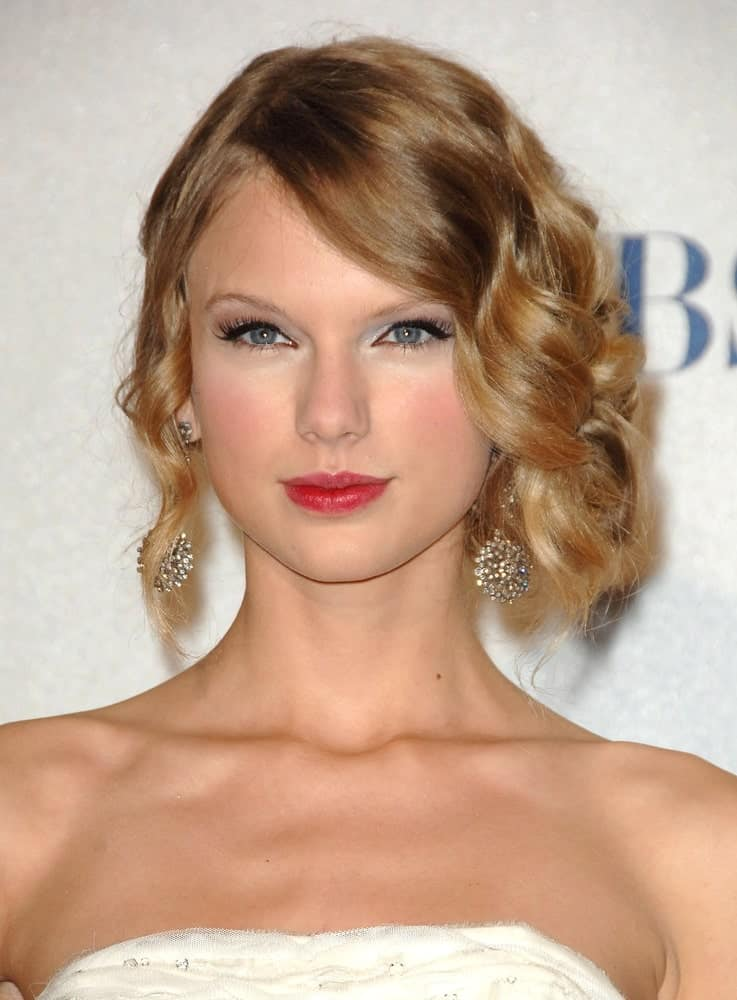 Taylor Swift looking all classy and sophisticated in a side-parted curly upstyle during the press room for People's Choice Awards 2010 held on January 6, 2010.