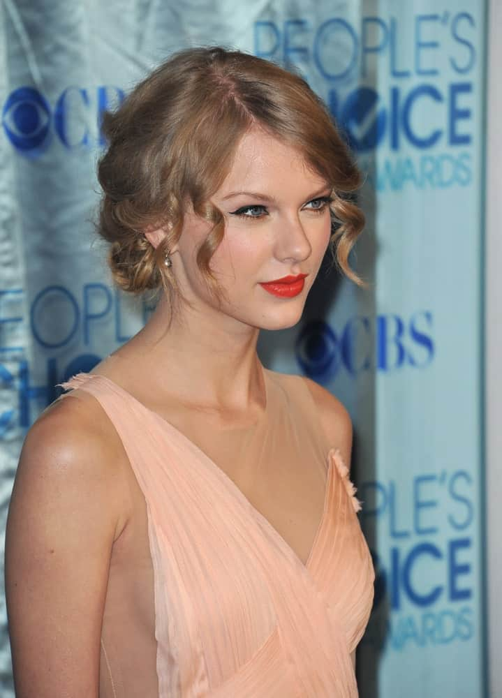 Taylor Swift looking pretty with her blonde hair arranged into a glam updo with curly tendrils during the 2011 Peoples' Choice Awards at the Nokia Theatre L.A. Live on January 5th.