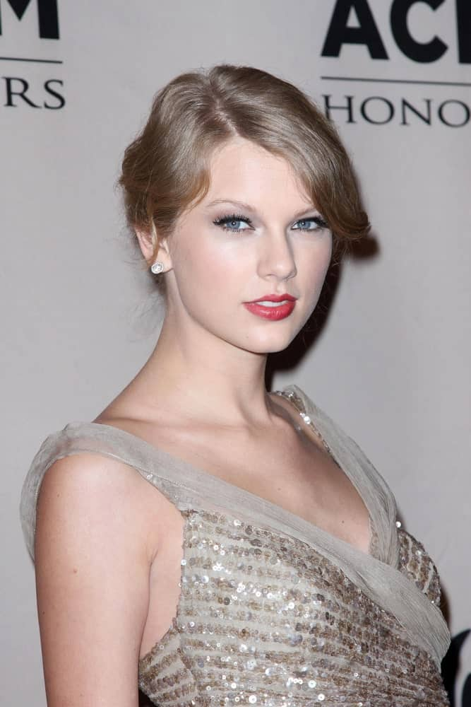 Taylor Swift opted for a vintage bun complementing her stunning sequined gown at the 2011 Academy Of Country Music Honors Gala held on September 19th.