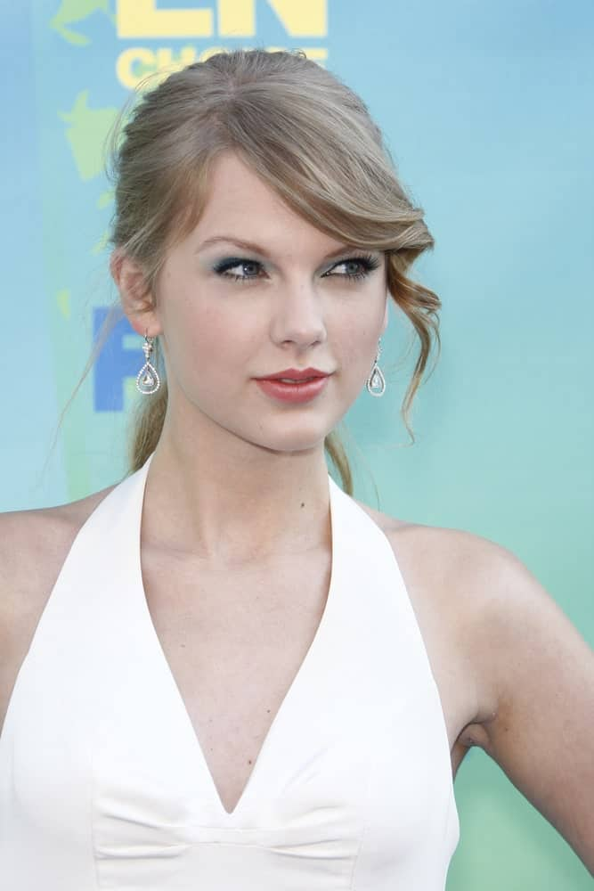 Taylor Swift rocked a high ponytail with curly side-swept bangs during the 2011 Teen Choice Awards held at Gibson Amphitheatre on August 7, 2011.