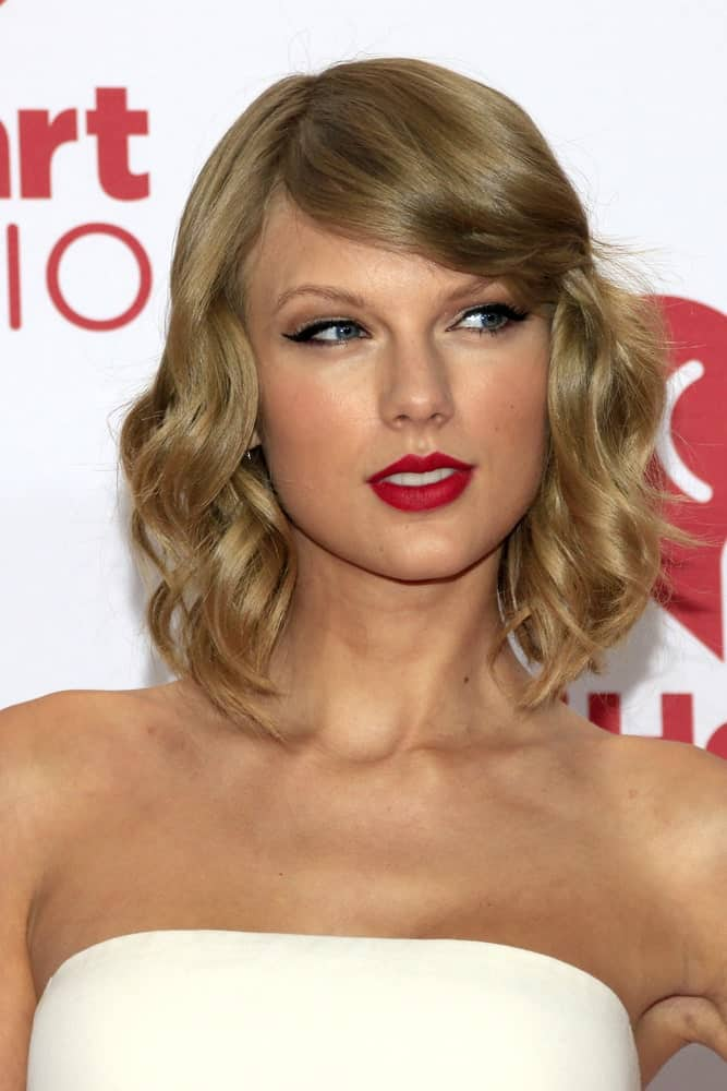 The singer appeared at the iHeart Radio Music Festival Night 1 held on September 19, 2014 sporting her short wavy hair with side bangs.