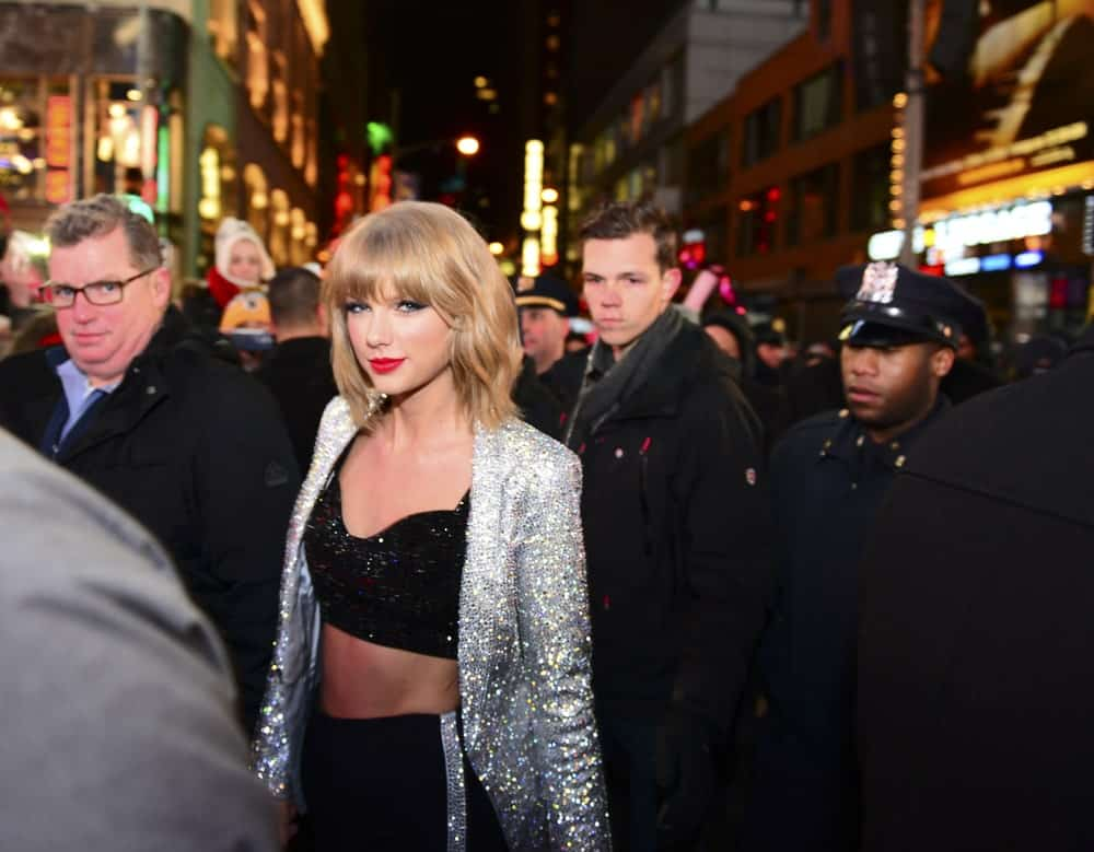 Taylor Swift arrived in Times Square to perform last December 31, 2014. She wore a sparkling outfit along with a short loose hairstyle incorporated with her signature bangs.
