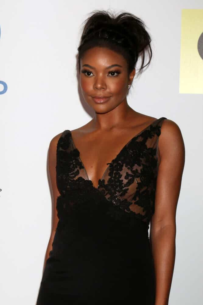 This trendy and messy upstyle was worn by Gabrielle Union during the 47TH NAACP Image Awards 2016.