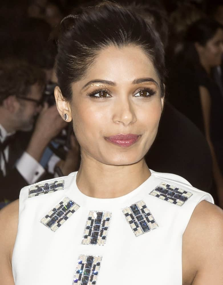 Last May 2, 2016, actress Freida Pinto attended the Manus x Machina Fashion in an Age of Technology Costume Institute Gala at the Metropolitan Museum of Art with her hair styled in a slick updo with a high bun.