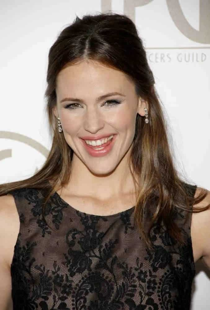 Jennifer Garner walked at the 24th Annual Producers Guild Awards on January 26, 2013, to set with a straight, half-up hairstyle and a fresh-face look.