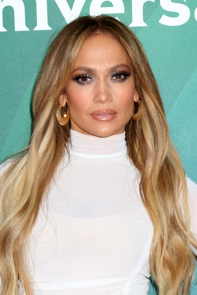 On May 2, 2018, Jennifer Lopez was seen at the NBC Universal Summer Press Day in a white turtle neck dress and a loose wavy hairstyle accentuated with highlights.