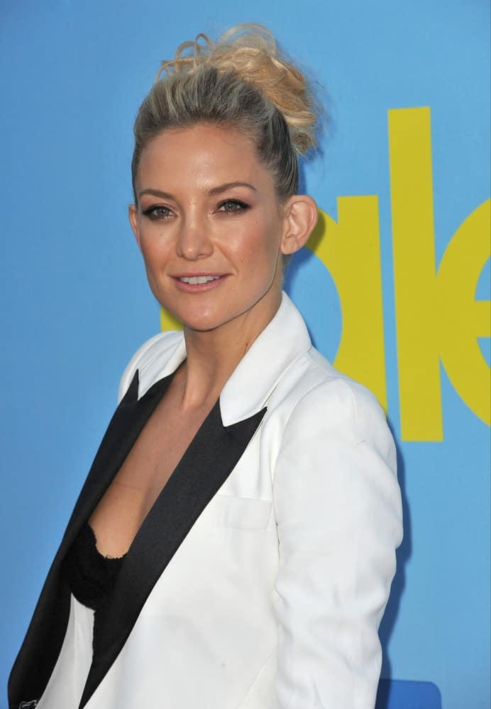 """On September 12, 2012, Kate Hudson was at the season four premiere of """"Glee"""" at Paramount Studios, Hollywood. She was lovely in her white and black smart casual outfit that she paired with a highlighted high bun hairstyle."""