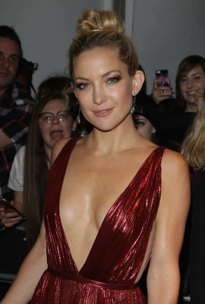 Kate Hudson's messy top knot blond bun hairstyle paired quite well with her stunning red dress when she attended The Glamour Women of the Year Awards at Berkeley Square Gardens on Jun 2, 2015, in London.