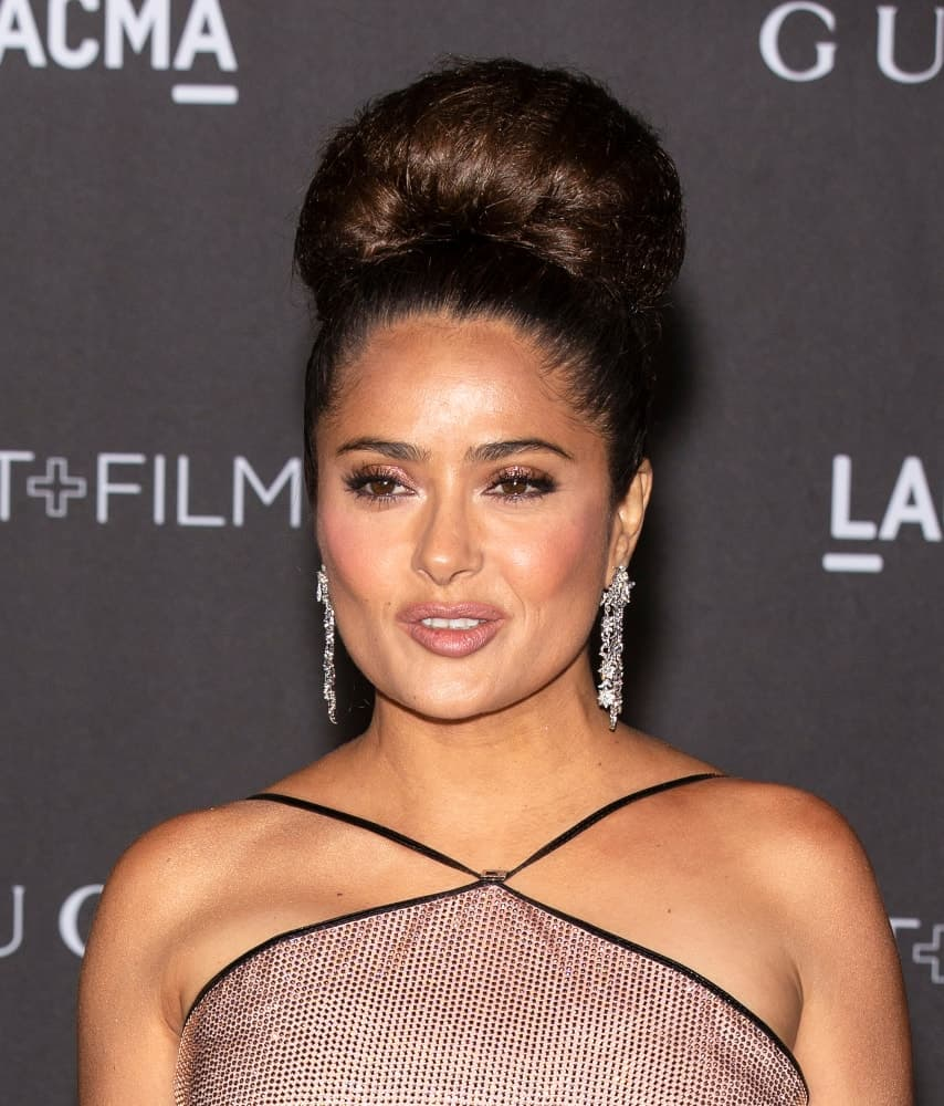 Last November 02, 2019, Salma Hayek arrived at the 2019 LACMA Art + Film Gala Presented By Gucci with an elegant upstyle bun hairstyle that emphasizes her gorgeous earrings.