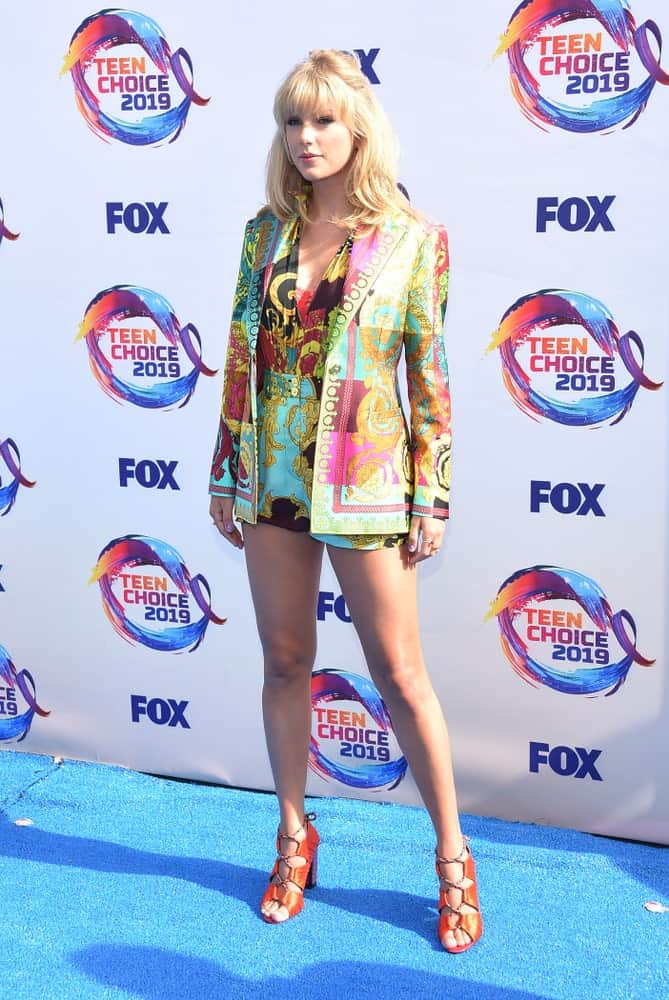 Taylor Swift tied her shoulder-length hair in a half updo with bangs at the 2019 Teen Choice Awards on August 11th in Hermosa Beach, CA.