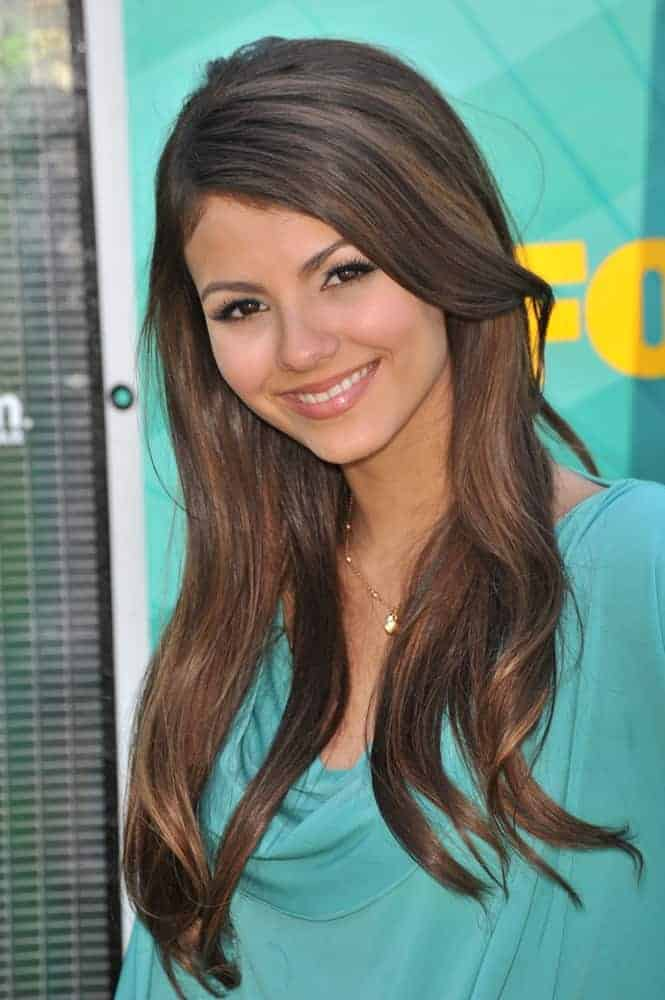 Victoria Justice attended the 2009 Teen Choice Awards at the Gibson Amphitheatre Universal City on August 9, 2009. She was lovely in her green dress that went quite well with her brunette hairstyle that has layers, highlights, and subtle waves.