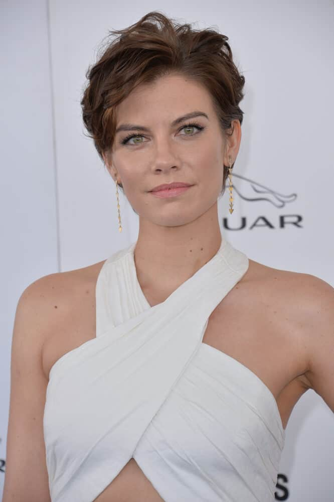Lauren Cohan in a messy and short hairstyle that is carefree and trendy at the same time.