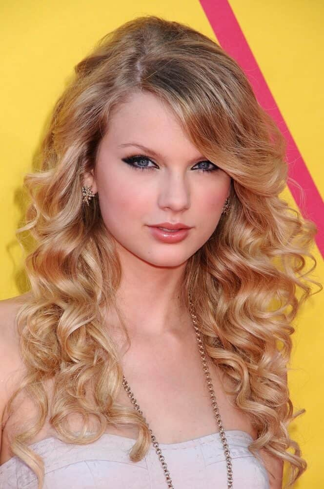 Taylor Swift's classic, curly look.