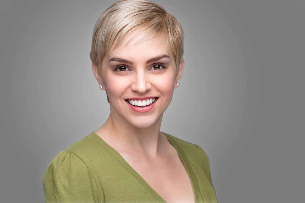 A pixie cut in a modem, greyish-blonde color.