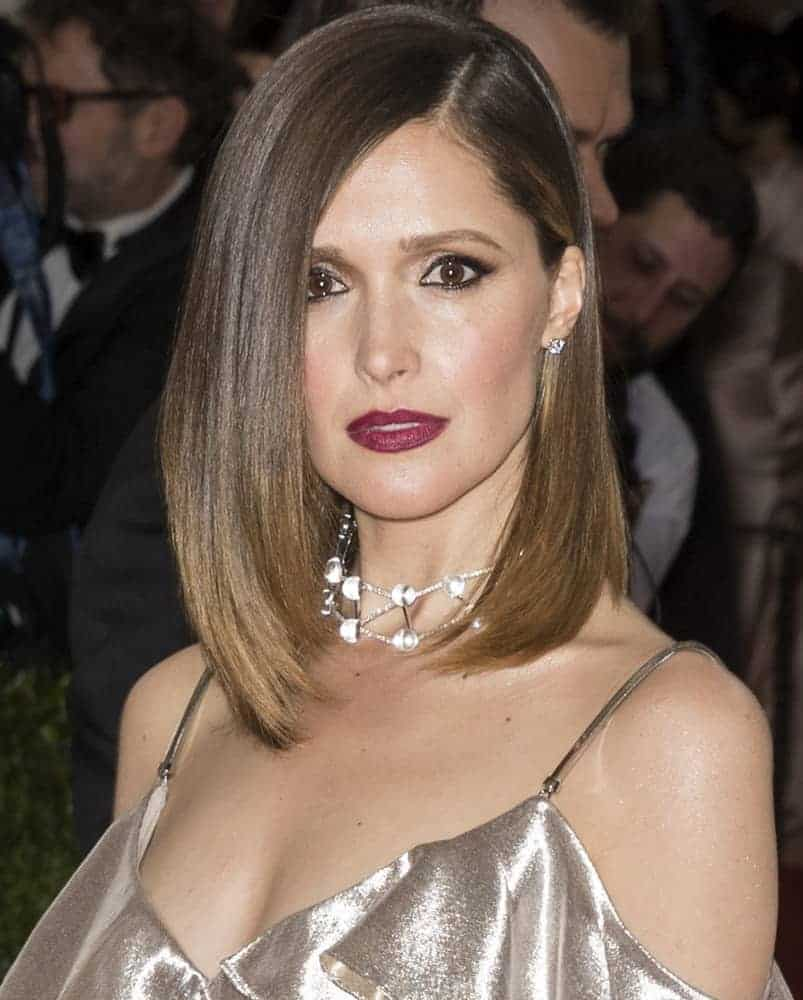 On May 2, 2016, Rose Byrne attended the Manus x Machina Fashion in an Age of Technology Costume Institute Gala at the Metropolitan Museum of Art. She wore a lovely golden dress that she paired with a silky straight highlighted bob hairstyle with long side-swept bangs.