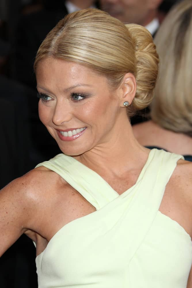 Kelly Ripa with hair bun arrives at the 84th Academy Awards at the Hollywood & Highland Center on February 26, 2012 in Los Angeles, CA