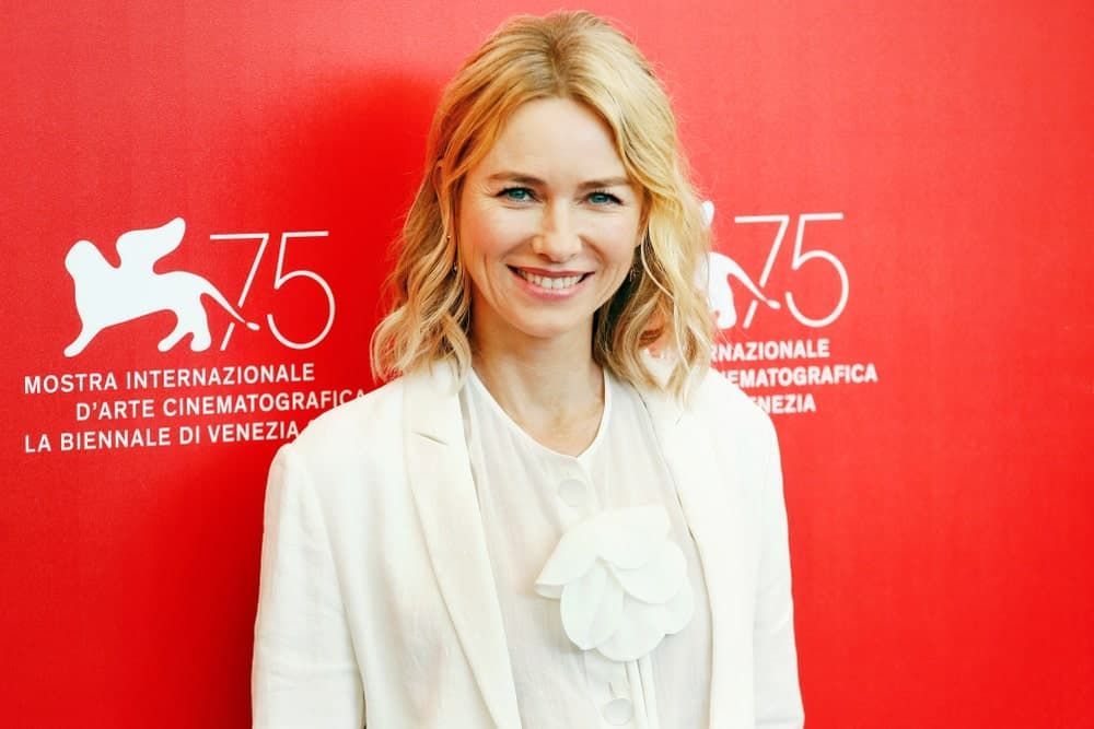 They say that center-parting can look to severe. However, if you pair it with some relaxed crimps, like Naomi Watts, this actually results in a youthful look.