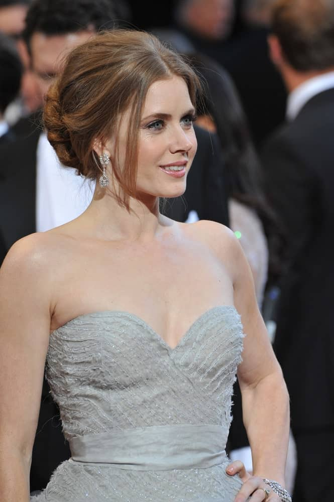If you're looking for something to wear to prom or a wedding, this sleek, elegant updo that Amy Adams is sporting, is the perfect option! There's just the right amount of backcombing and a single, stray left to frame the face.