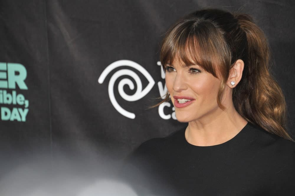 If you are in a hurry, Jennifer Garner shows you how to make an elegant ponytail. The actress pulled her hair back in a ponytail and gave her cascading hair some casual loose waves. Her long bangs and some loose curls at the side softened the entire look and made it super cute.