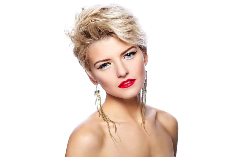 Get your stylist to give you a pixie hairstyle without compromising on the hair thickness. Use some texturizing sprays to fluff up the front part of your hair and give your locks a tousled-looking grunge effect.