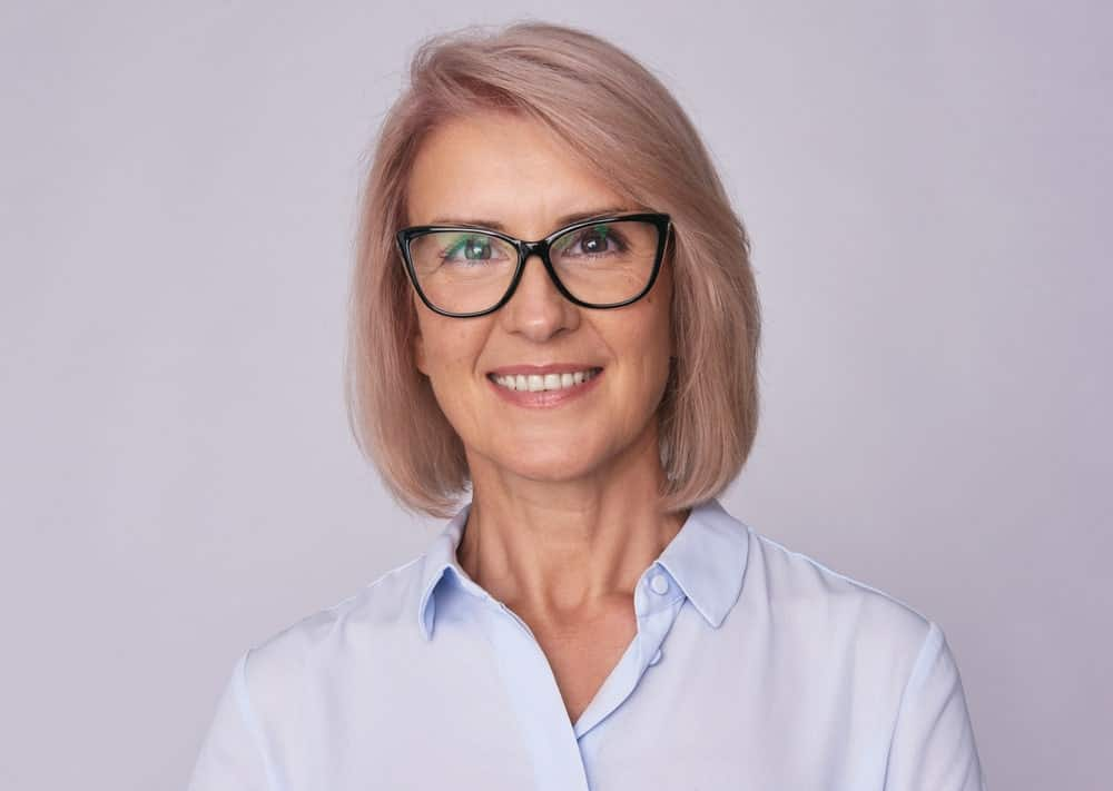 A sweet and simple bob is the easiest way to make sure that your glasses look stunning and suits you. Note how the hair color also impacts the overall appearance when it comes to sporting glasses. Wear glasses that go well with your hair color.