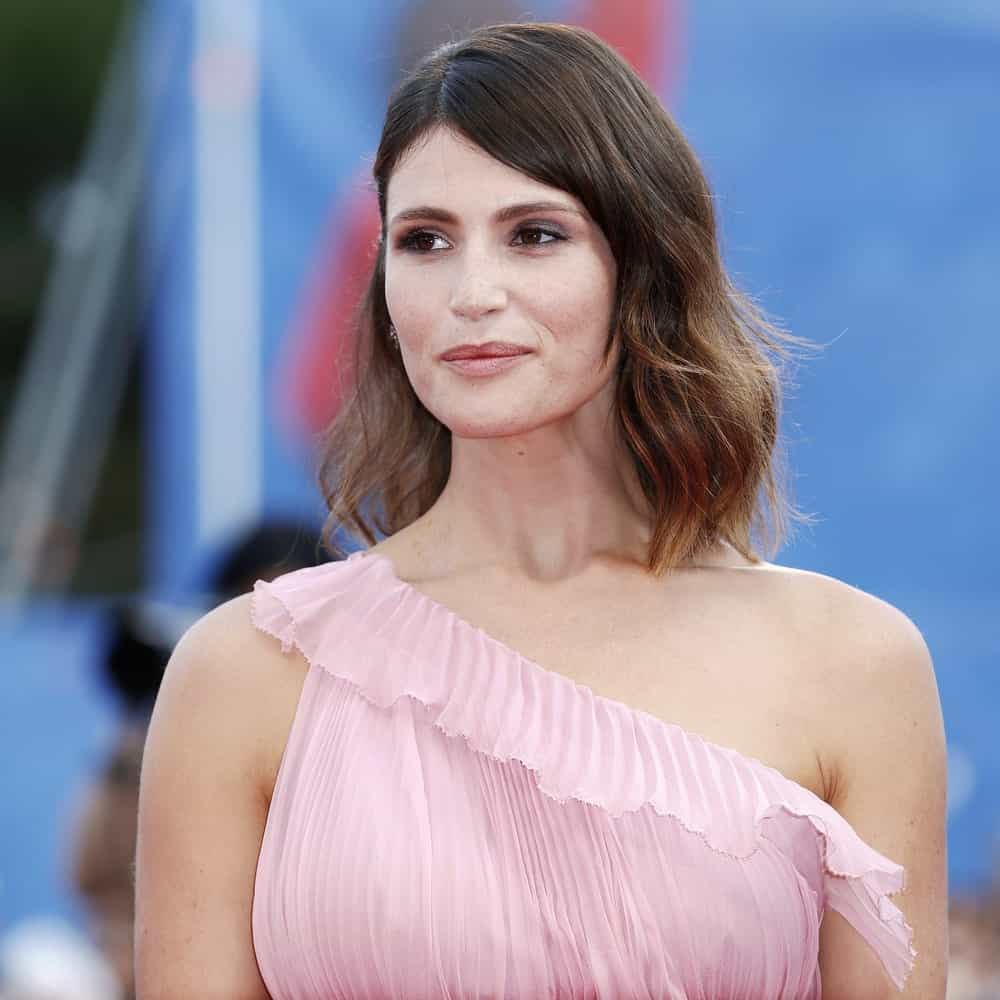 For a cool and effortless look, style your hair like Gemma Arterton. The actress has simply parted her hair in the middle and then giving the shoulder-length tresses a subtle wave. Some highlights at the end give her hair an added dimension.