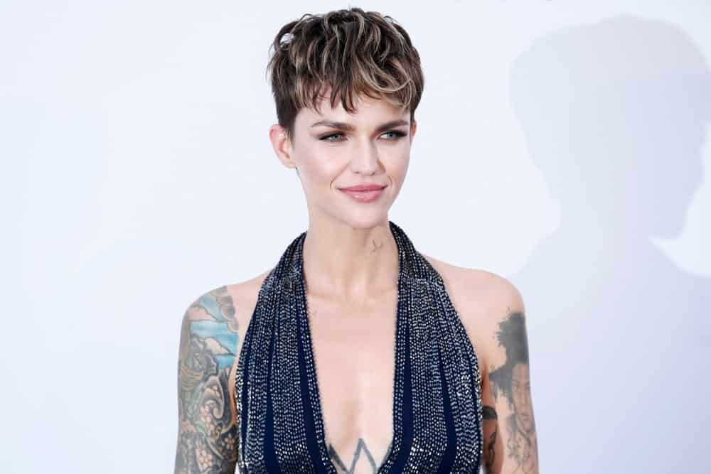 Keep your hair longer in the front if you want to have some cool-looking bangs. Ruby Rose's pixie cut is super short from the sides and the back, but has lots of length and volume in the front. Style the top and front part of your hair in ruffled feathery bangs. Add some highlights to make your hair the star of the show.