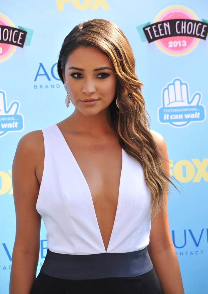 On August 11, 2013, Shay Mitchell attended the 2013 Teen Choice Awards with her side-parted brunette hair that she gathered on one side.