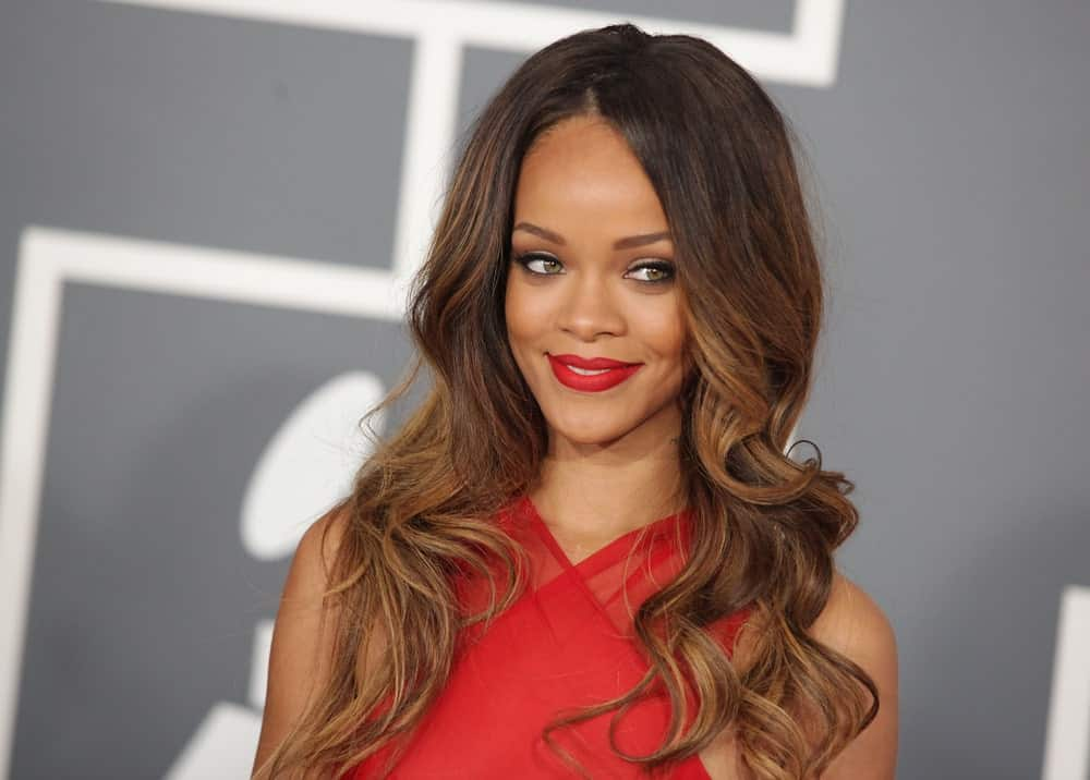 Rihanna creates a style statement wherever she goes. However, no one can forget how stunning she looked at the 2013 Grammys. The Caribbean beauty styled her layered locks in loose waves and added a beautiful touch of honey and cinnamon ombre to her dark locks. Her hair complemented perfectly with her red pout and dress. Sarah Jessica Parker's Crimped Layers