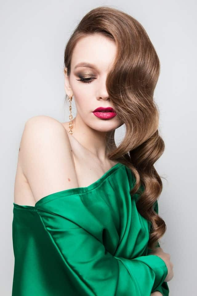 Take notes from this hairstyle on why it is a good idea to sport fine hair on one shoulder only. Loose but a well-defined wave is bound to add an impressive touch.
