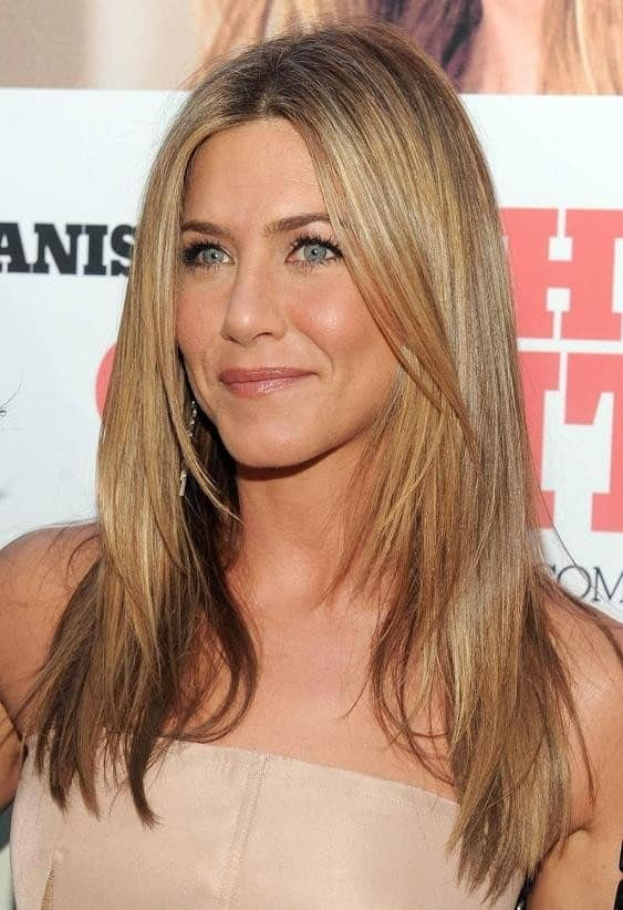 The stunning Jennifer Aniston gives us layered hair goals with her super pretty golden-blond layers that are not too obvious and a sport a very straight, sleek look.