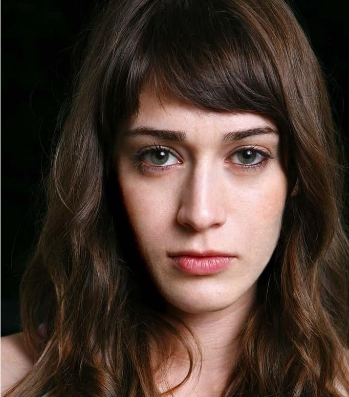 Lizzy Caplan has conquered the trend of short bangs with her soft brown short bangs. They are the perfect hairstyle to increase attention to her brown eyes and frame her face perfectly. The slightly wavy hair also makes her look warmer and prettier.