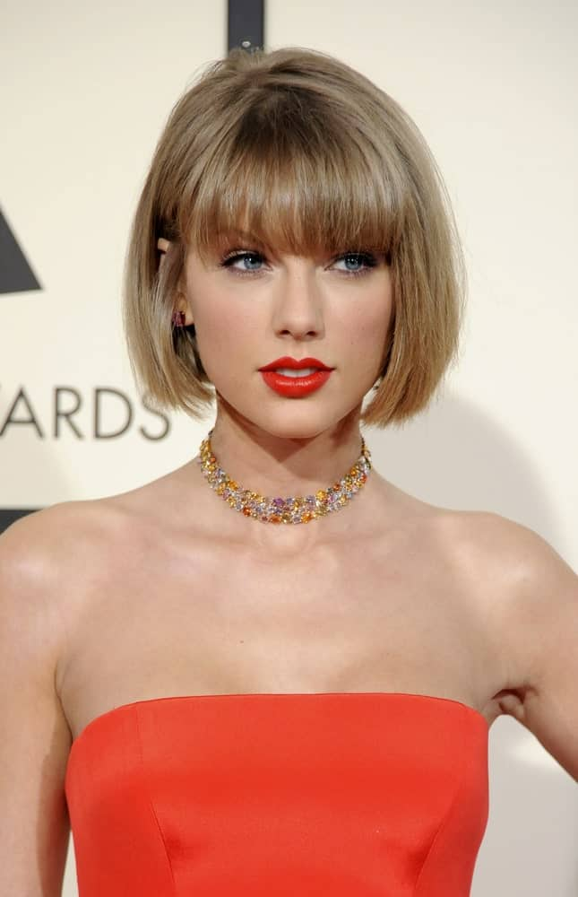 The short hair and bangs are perfect for Taylor Swift since they accentuate her bright, blue eyes in the best way possible. The blonde hairstyle with the perfect red lipstick has become an iconic look for Taylor Swift since it makes her looks simply beautiful.