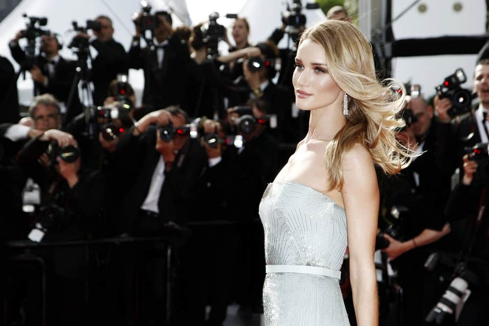 Keep your locks long, loose and flowing, with minimal use of product, just like Rosie Huntington-Whiteley does. The supermodel with her translucent make up and silvery dress looked like a fairy dressed for a party.