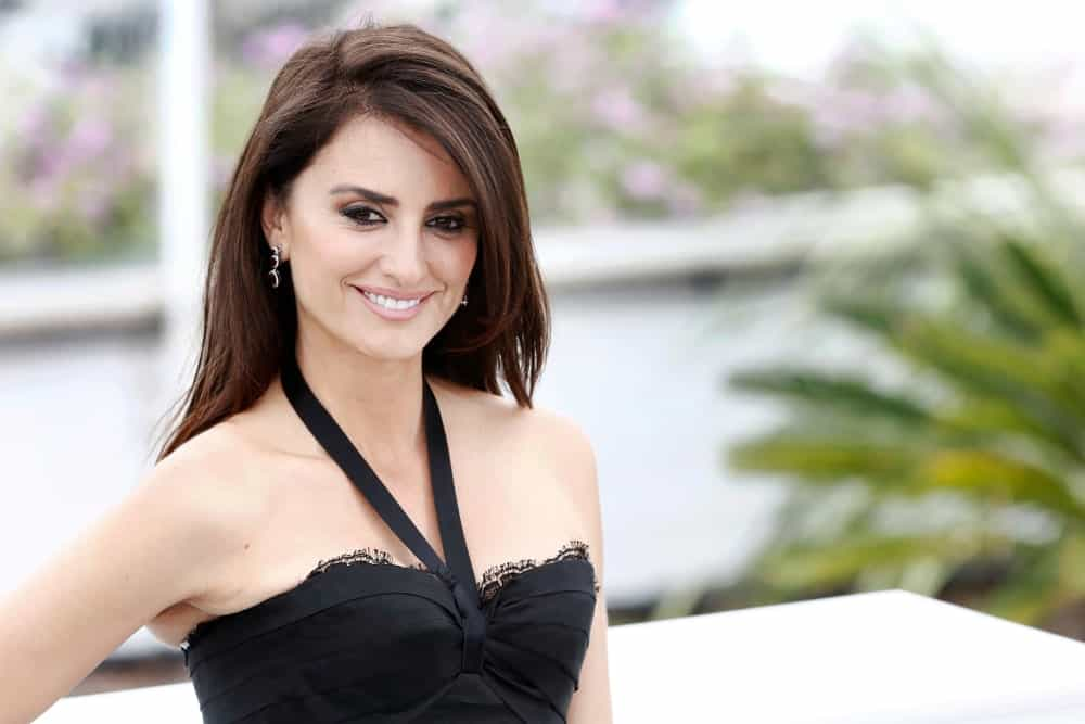 The beautiful Spanish actress looks the best with dark hair. Here, Penelope Cruz has styled her hair in different sized layers, with the shortest layer grazing her cheekbone that the actress swept to the side. She also added a hint of blonde highlighted to her hair.