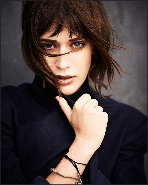 Short bangs have always been Lizzy Caplan's go-to hairstyle. The straight bangs with the straight short hair makes her look extremely gorgeous. It highlights her jaw line and makes her cheekbones look even sharper than normal. It also adds emphasis to her intense brown eye makeup, giving her the perfect look.