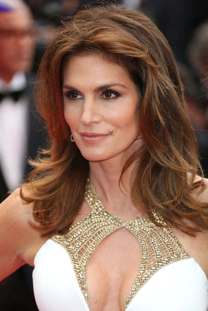 Cindy Crawford may have been a model years ago, but her style sense is still flawless. The former supermodel trimmed her front hair into a feathery cut and then blew out the rest of her layers artfully on her shoulder. This style is easy to manage and is soft and natural-looking.