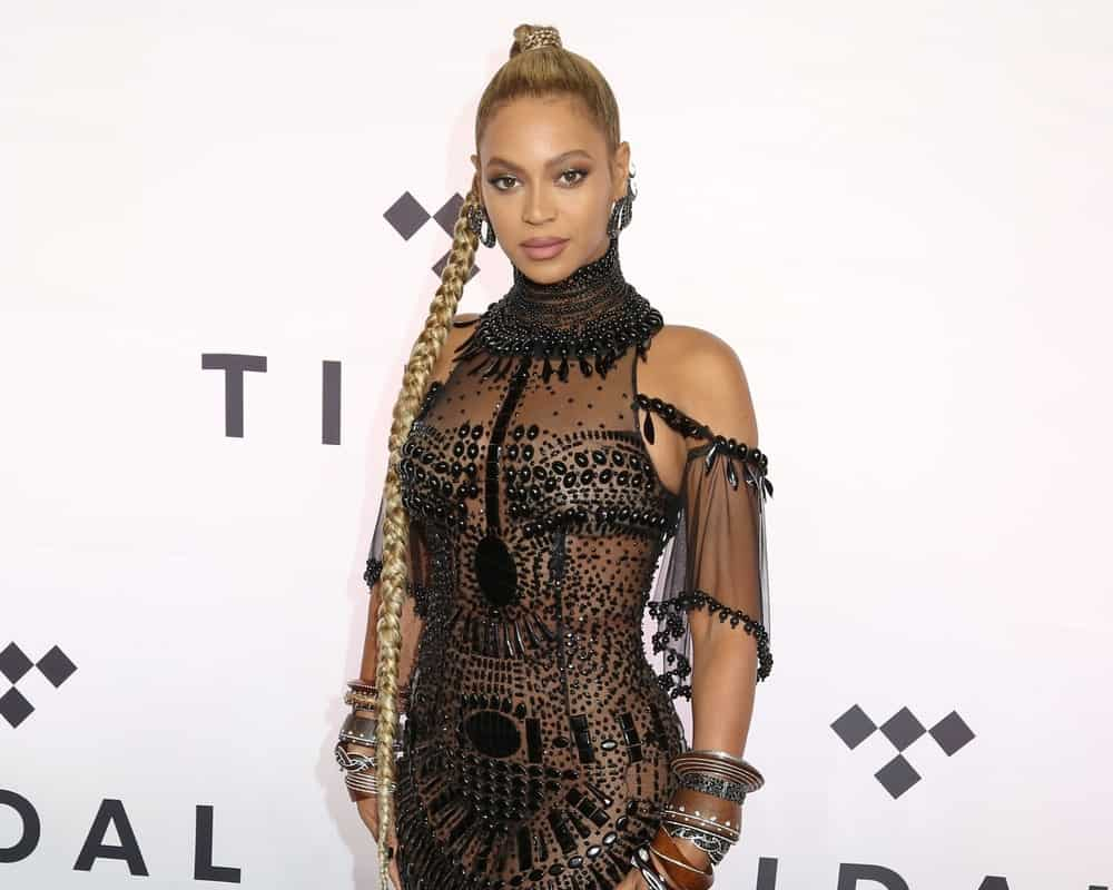 Is there any hairstyle that looks bad on Beyonce? Take a look at this variant to a classic genie ponytail. The superstar has tied up her hair in a high ponytail but then twisted her locks into a long, dangling braid. The style is super-cool and just what one would expect from a fashion icon like Beyonce.