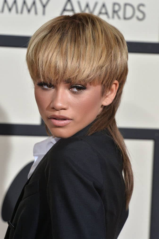 Zendaya is considered as a trendsetter, and it is no wonder why. The singer and actress is probably the only woman who can rock a mullet and make people jealous of her look. Just take a look at her sandy mullet during the 2016 Grammys.