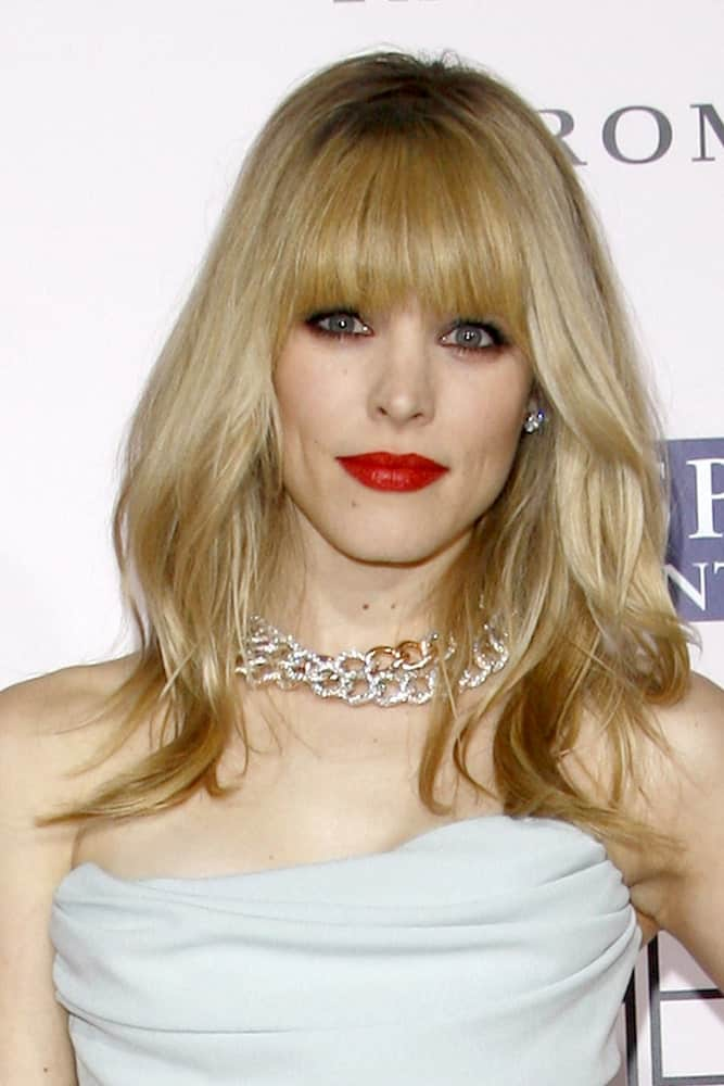 Blunt bangs can be high maintenance. However, they are easy to manage. In fact, on a good hair day, all you may need is to run a brush through them! Check out how gorgeous Rachel McAdams with this relatively sweet and simple hairstyle, which features blunt bangs as shoulder-length hair loosely sprawl around, framing the face.
