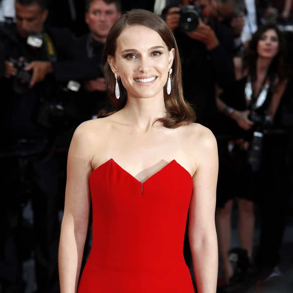 If you love celebrity hair goals, you will simple love this simple and low-key straight hairstyle by Natalie Portman. The hair has simply been thrown backwards with a sleek side parting. Perhaps, if you wish to show off those pretty dangling earrings, this hairstyle is certainly meant for you!