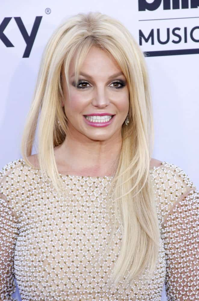 Britney Spears took the '90s by storm by her redefined, cute, piece-y layered hairstyles. Now, decades later, the pop star still hasn't lost her edge when it comes to layers. Spears dyed her hair an icy blonde and cut it in classic layers, with very short, feathery strands in the front and longer layers at the side and the back, framing her face perfectly.